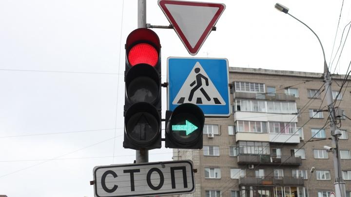 Городецкий поручил срочно поставить пешеходные светофоры у школ после трагедии в Омске
