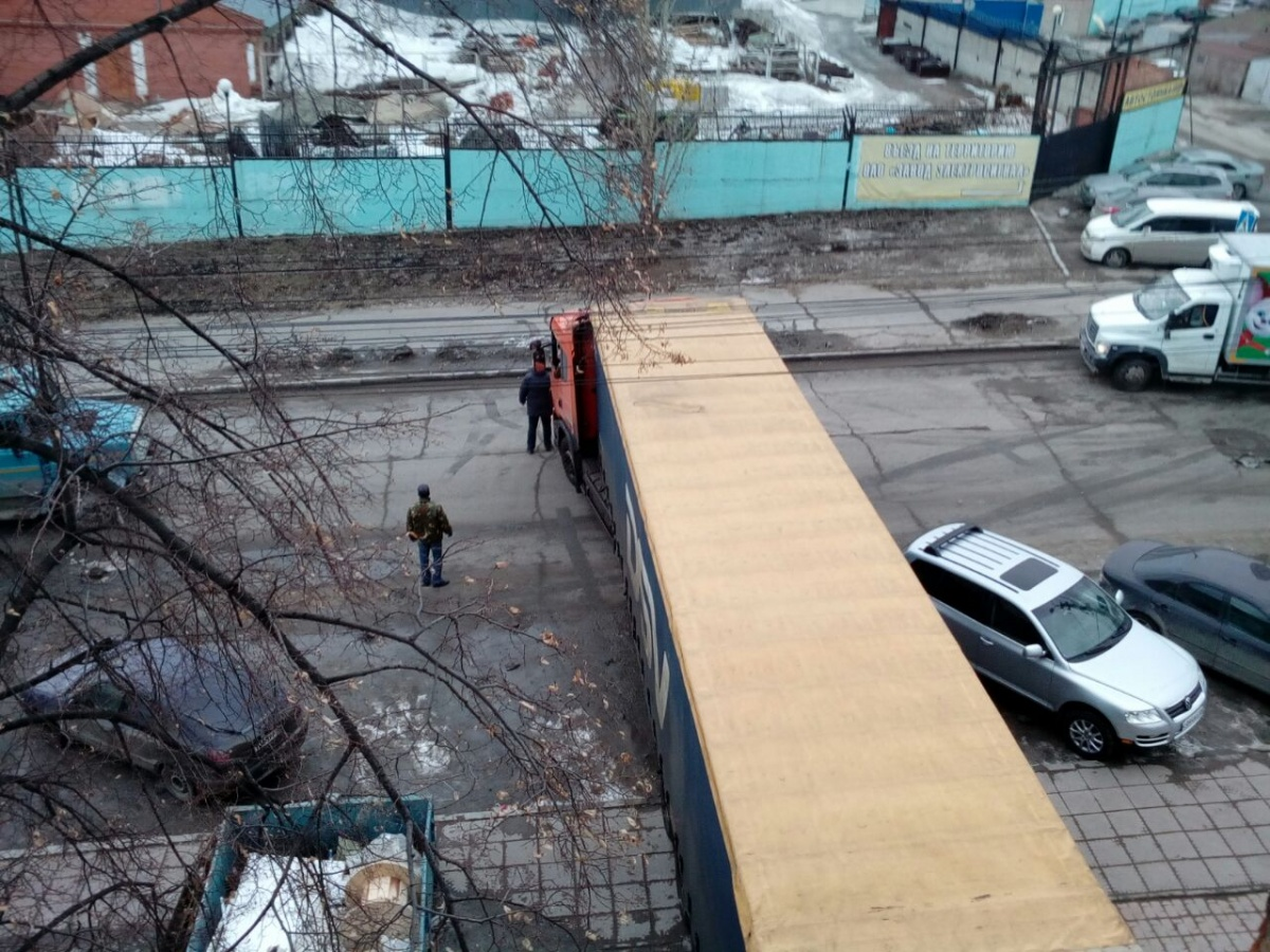 Разгружающаяся фура перегородила целую улицу в Октябрьском районе (фото)
