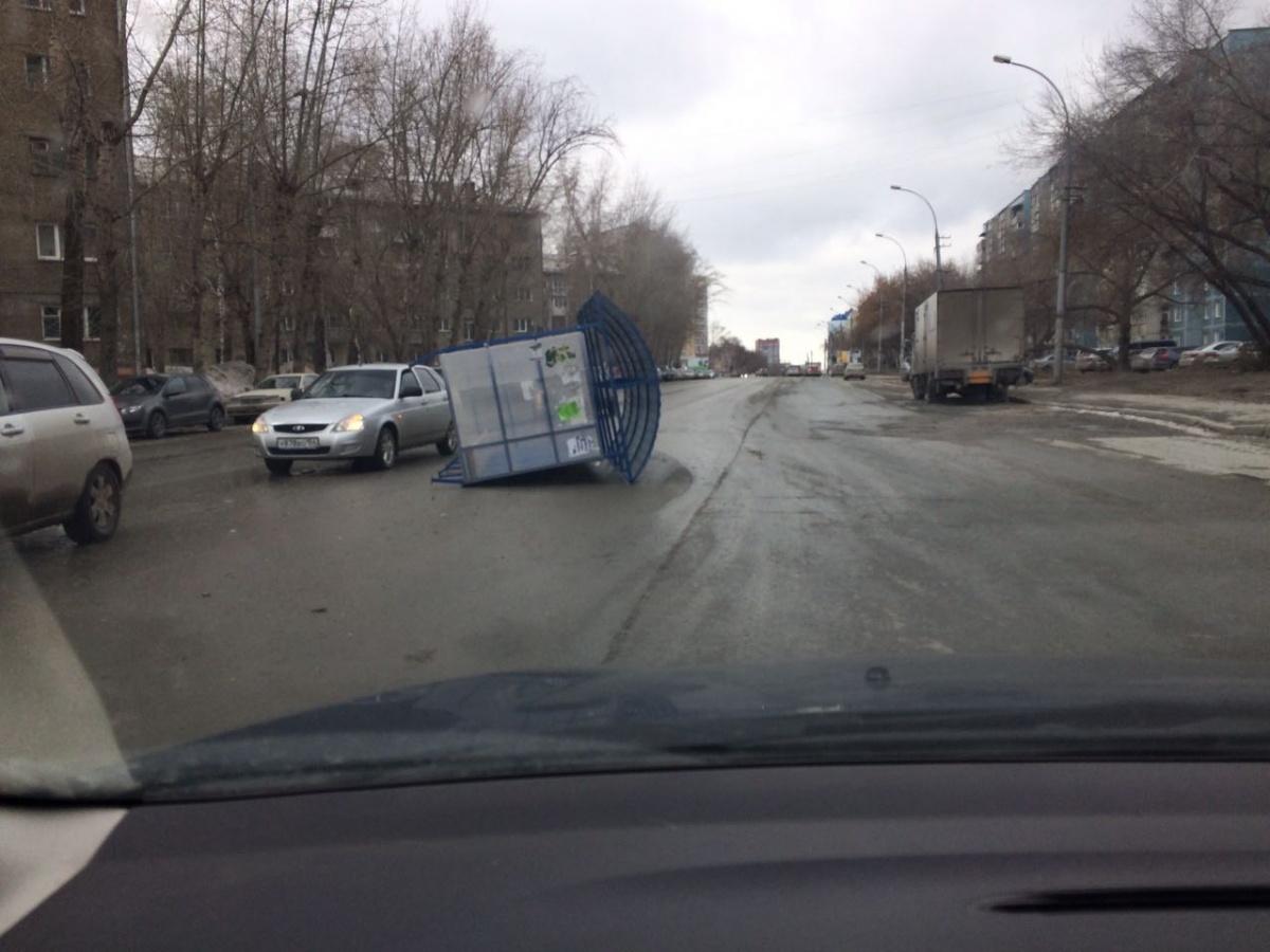 На ул. Блюхера ветром сдуло остановку