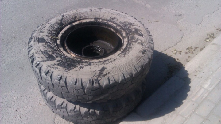 На Большевистской колесо отвалилось от КамАЗа и повредило сразу две машины и один мотоцикл