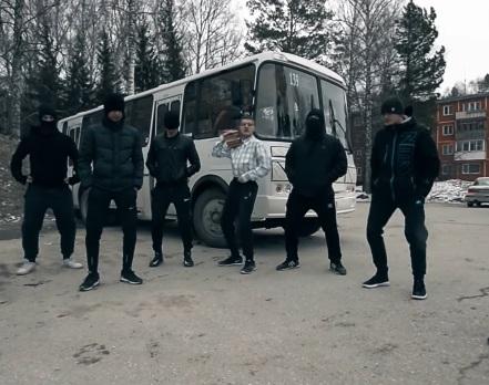 Студенты НГУ перепели группу «Грибы» и сняли клип в «пазике»
