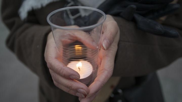 Новосибирцы зажгли 200 свечей в память о погибших в питерском метро
