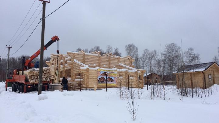 Новосибирцы строят деревянные дома зимой