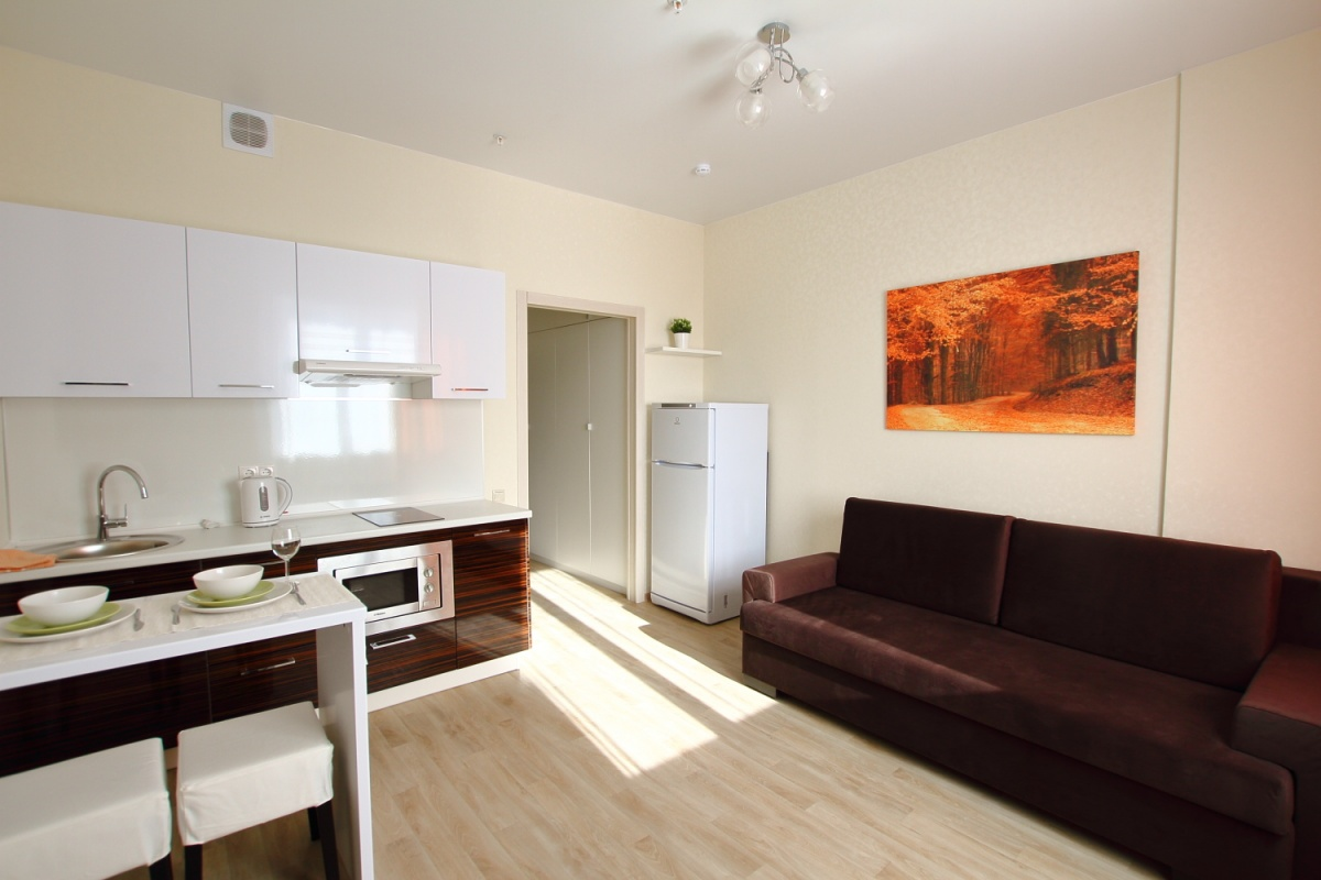 Эта студия с отделкой, мебелью и техникой сдается в аренду. Цена 22 тысячи рублей в месяц