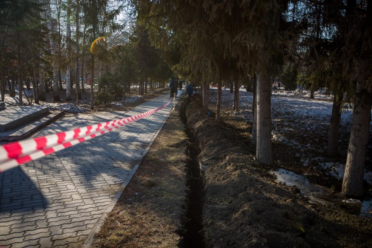 В Первомайском сквере меняют силовой кабель, от которого запитан фонтан «Мишка»