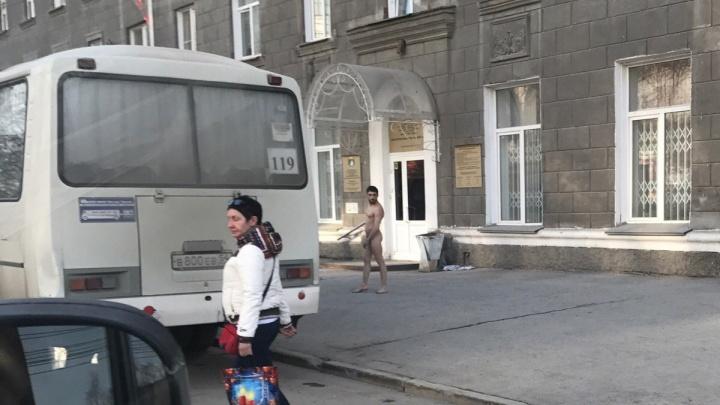 Полиция забрала голого мужчину с Красного проспекта