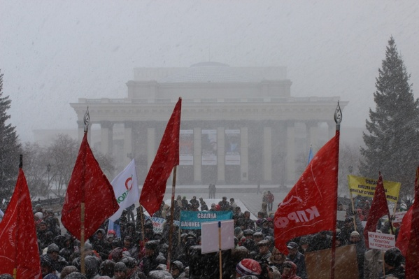 Во время акции протеста на город обрушился снегопад и сильный ветер
