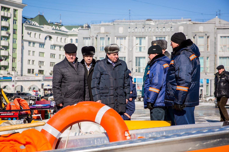 Губернатору НСО Владимиру Городецкому и мэру Новосибирска Анатолию Локтю показывают технику