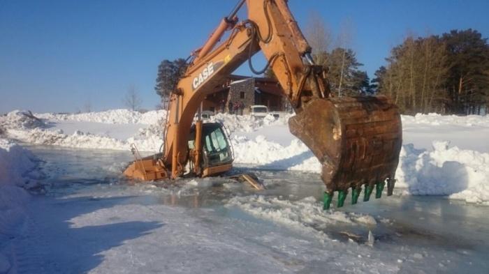 Экскаватор ушел под лед Обского моря по самую кабину