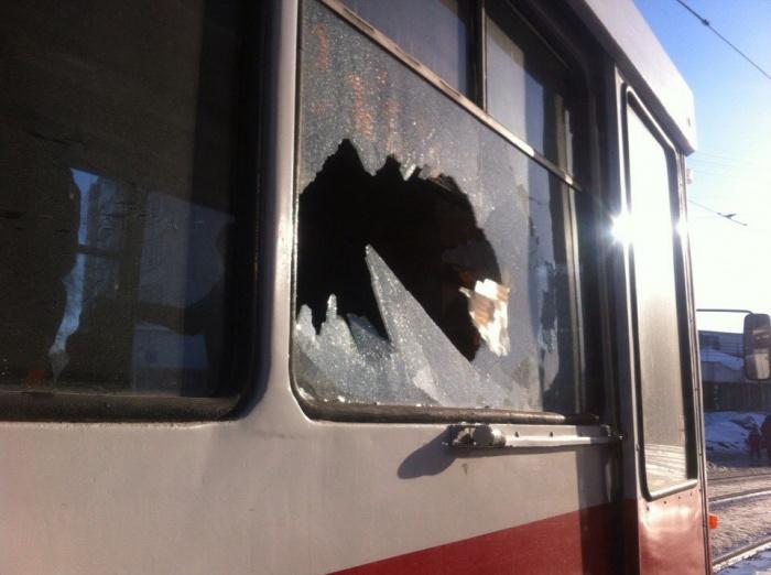 Разбитое стекло трамвая маршрута № 2