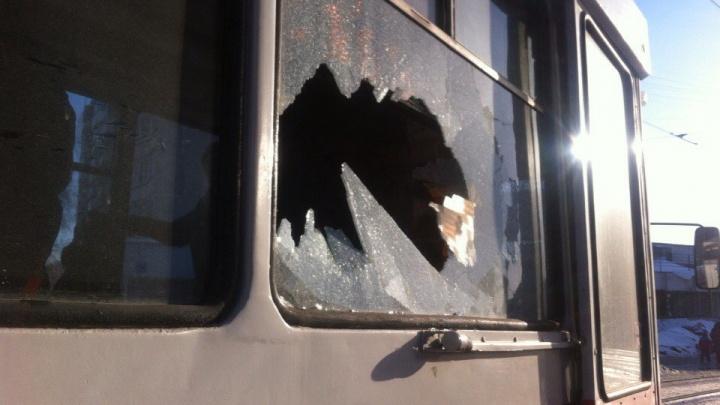 Подростки бросили в трамвай кусок льда и попали в голову пассажирке