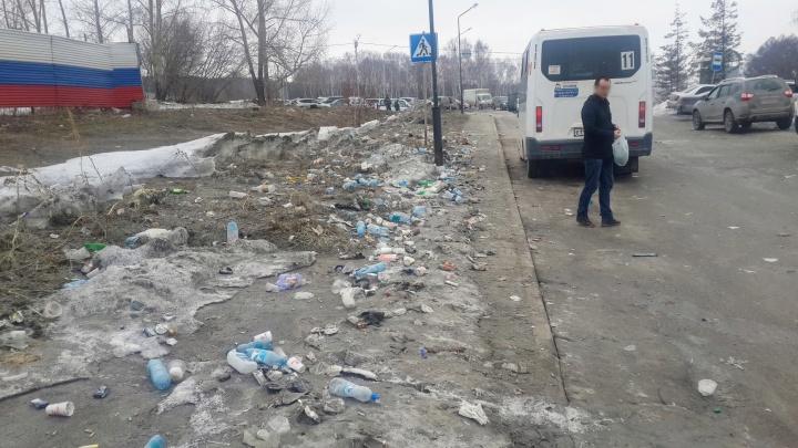 Жителей крупного микрорайона возмутил мусор и дикая вонь на остановках
