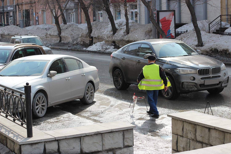 Контролирующий парковку Борис пожаловался корреспонденту НГС.НОВОСТИ на то, что ему на прежнем месте работы уже год не выплачивают зарплату, а здесь деньги платят вовремя