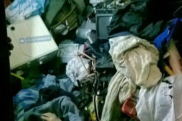 Спасатели вытащили из горы хлама в квартире мужчину с синдромом Диогена