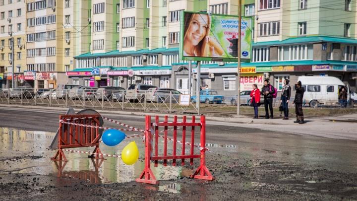 Новосибирцы с шарами и тортом поздравили с днем рождения яму на Котовского