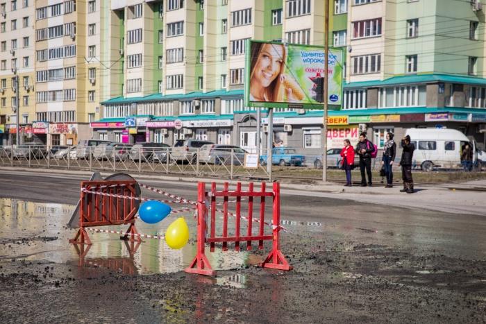 Новосибирцы с шарами и тортом поздравили с днем рождения яму на Котовского (фото)
