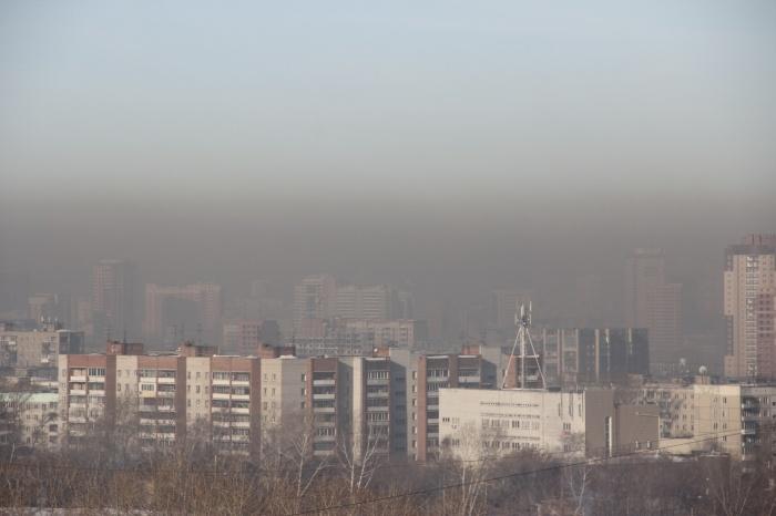 Над Новосибирском поднялся темно-серый смог (фото)