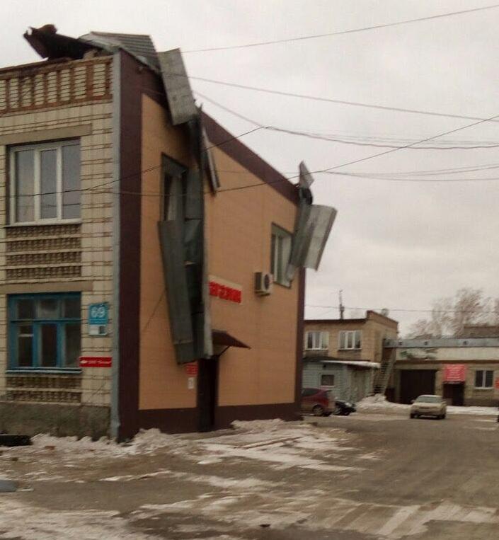 Со здания сорвало крышу
