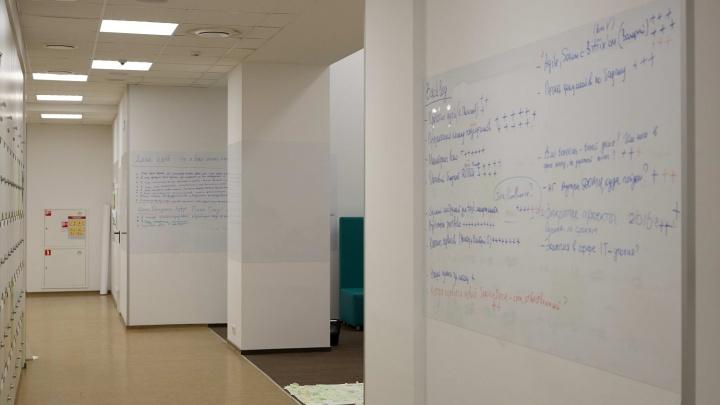 В Новосибирске появилась полезная пленка, которая позволяет писать на стене без последствий (фото)