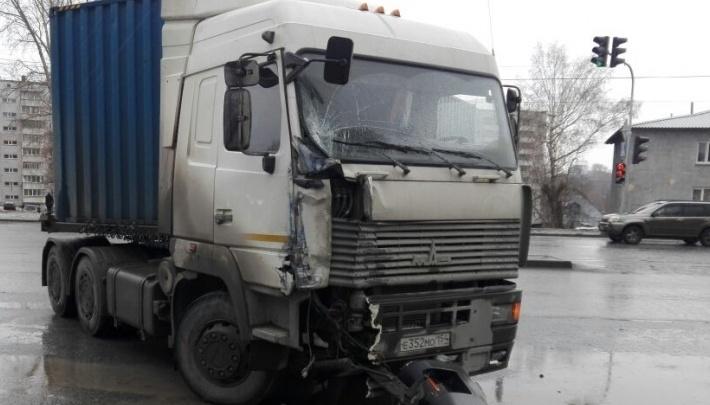 Столкновение «ГАЗели» и грузовика перекрыло дорогу в районе «Толмачёво»