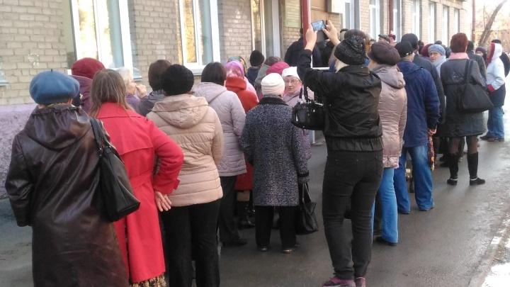 К поликлинике в Ленинском районе выстроилась огромная очередь