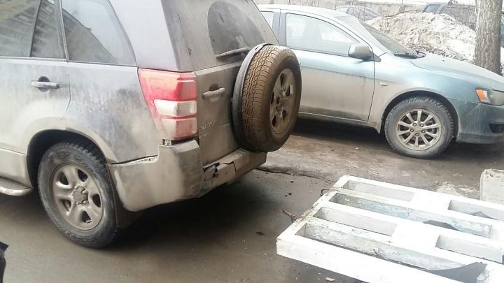 Женщина на «Сузуки» сдала назад и снесла бетонную стенку во дворе
