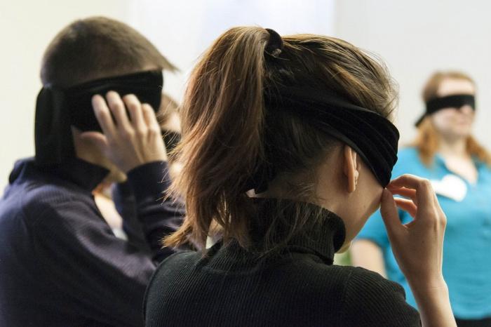 На «слепой» вечеринке новосибирцы пели и ходили кругами с завязанными глазами (фото)