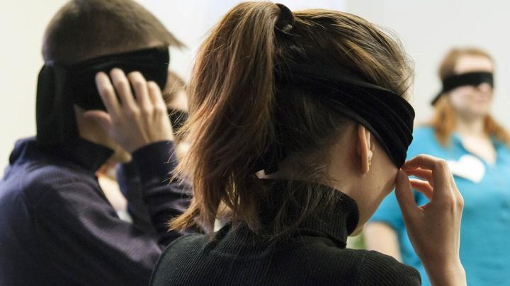 На «слепой» вечеринке новосибирцы пели и ходили кругами с завязанными глазами