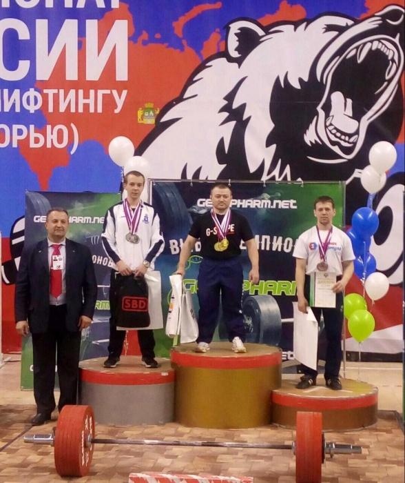 Сергей Федосиенко (на высшей ступени пьедестала)