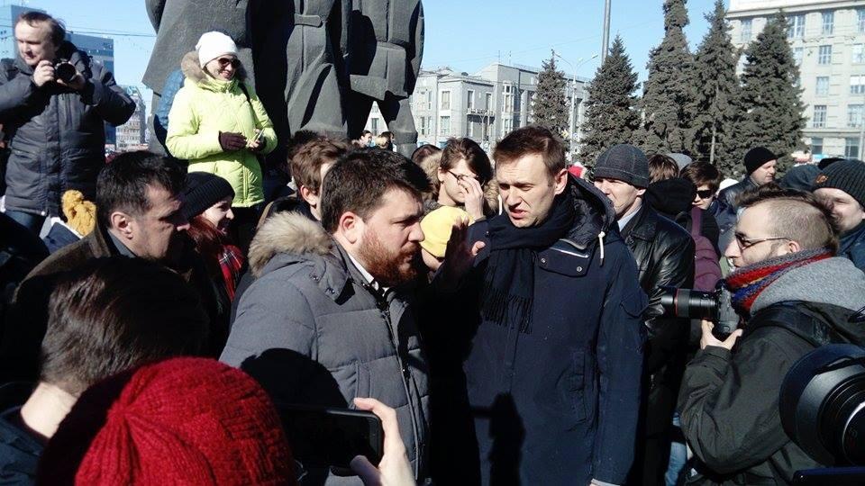 На митинг приехал известный оппозиционер Алексей Навальный