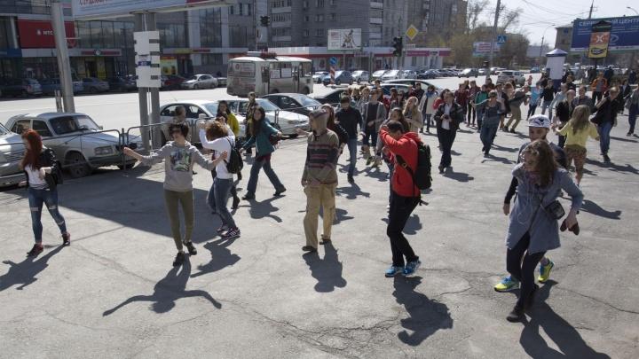 Восемь десятков новосибирцев с наушниками протанцевали от ДКЖ до Первомайского сквера