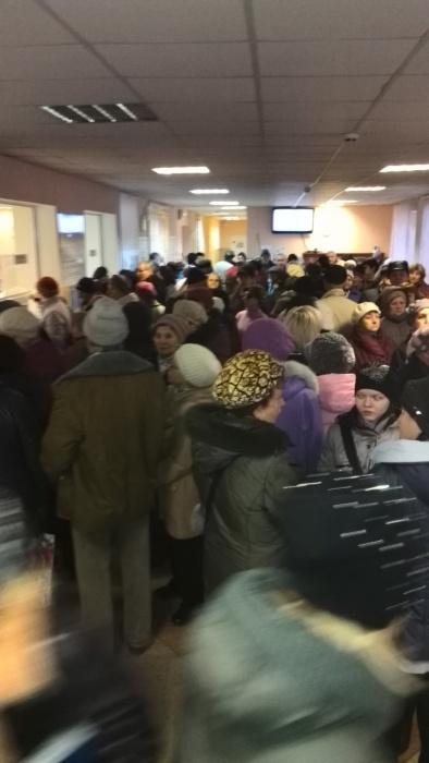 Сегодня утром выстроилась огромная очередь к узким специалистам поликлиники  № 27  на ул. Рельсовой