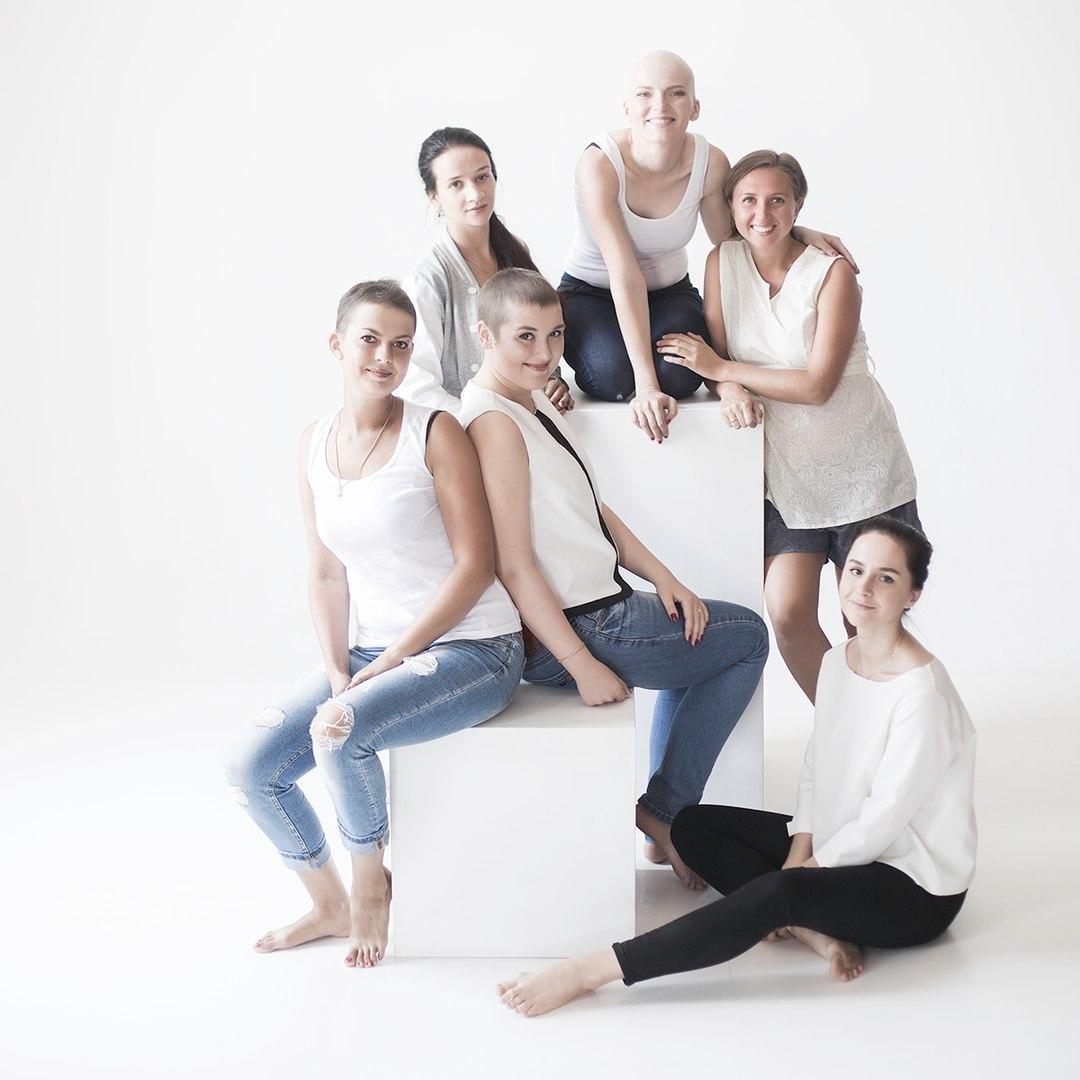 Группа девчонок раком