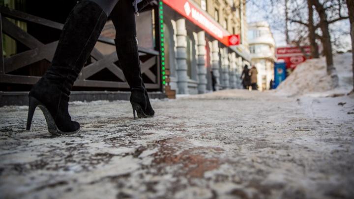 Новосибирцы адаптировались к ужасному гололеду на городских тротуарах