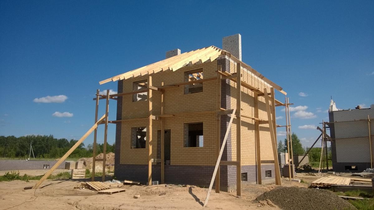 Оптимальным выбором будет строительство каркасного или блочного дома — они быстро возводятся, летом в них прохладно, а зимой тепло