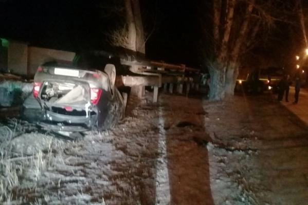 Renault Logan вылетел с дороги и перевернулся на крышу<br>