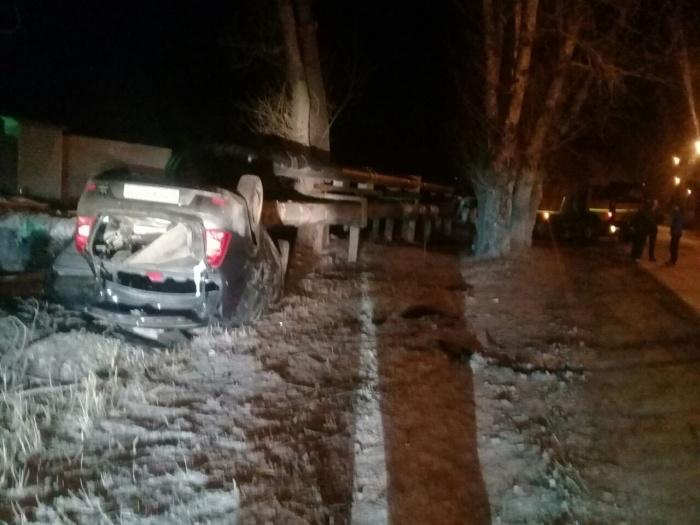 Renault Logan вылетел с дороги и перевернулся на крышу