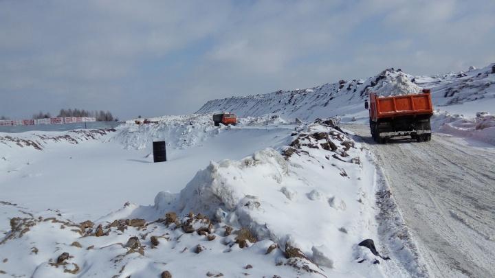 Общественников обеспокоили горы снега у Мочищенского шоссе