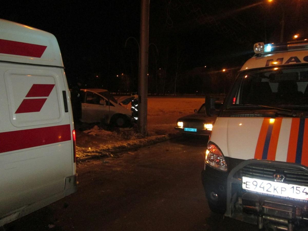 «Ниссан» протаранил столб ичудом несбил пешехода вНовосибирске