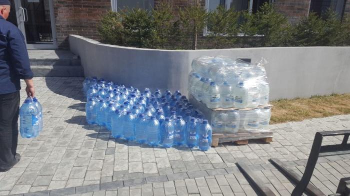 Воду выдают у двух домов