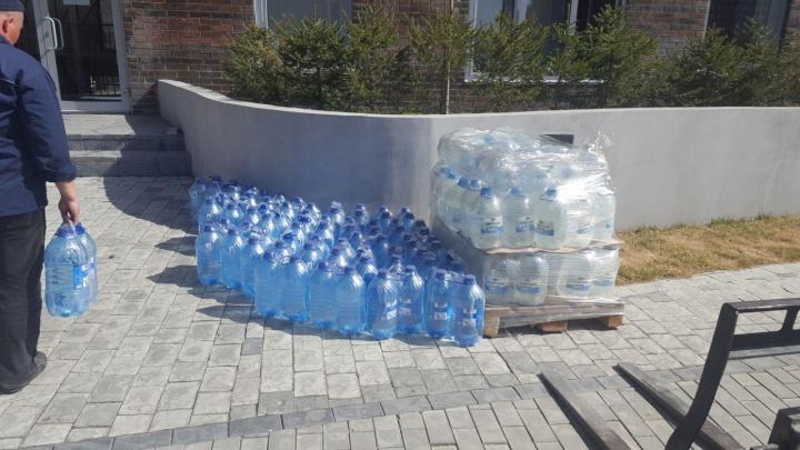 Жильцам нового микрорайона возят воду в бутылках из-за внезапного отключения