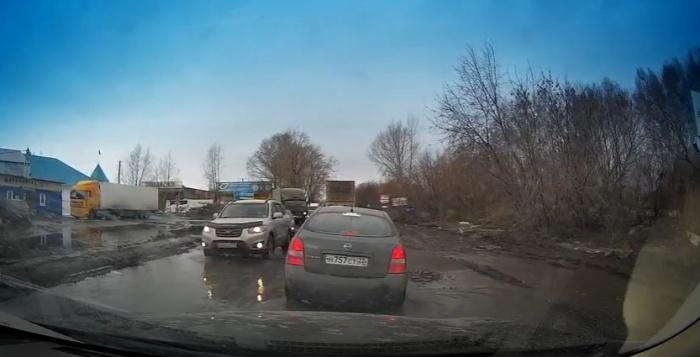 Машины проваливаются в ямы на Толмачевском шоссе уже несколько недель