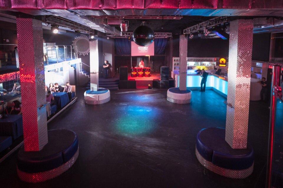 Клуб «Малевич», который должен был стать самым большим ночным заведением в городе, расположился на двух этажах, которые ранее занимал клуб «Облака»