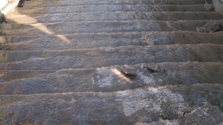 Женщина получила ушибы на скользкой лестнице у «Речного вокзала»