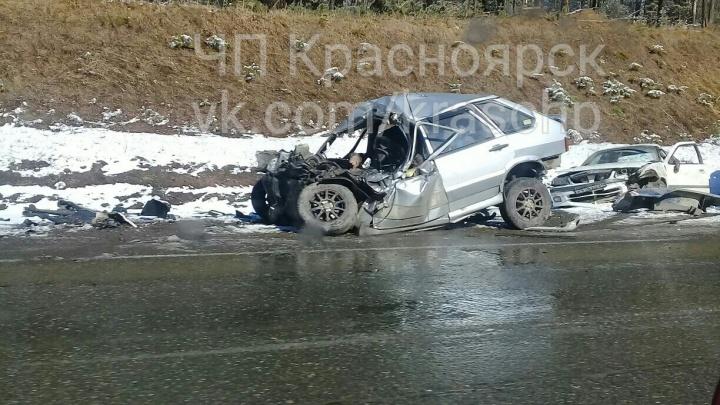 ВАЗ разорвало в аварии с фурой на мокрой трассе под Красноярском