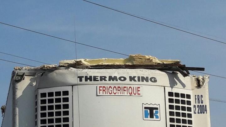 От грузовика оторвался кусок крыши и отлетел в «Сузуки»