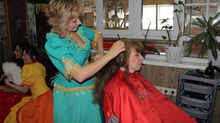 Чиновники устроили выставку в парикмахерской с интерьером под старину