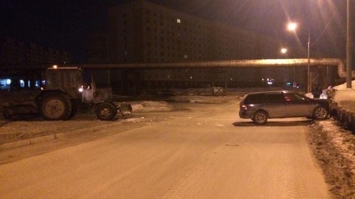 Трактор-снегоуборщик отправил «Тойоту» в сугроб на Плющихинском жилмассиве
