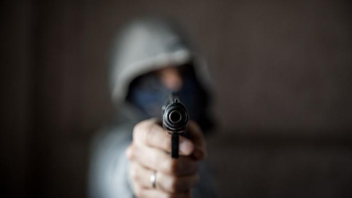 Продавщица фастфуда напугала грабителей с пистолетом на Космической