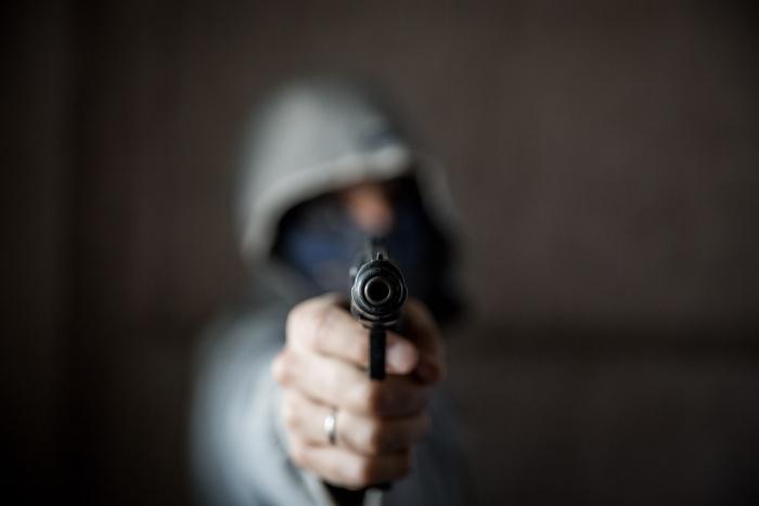 Два вооруженных грабителя испугались угроз